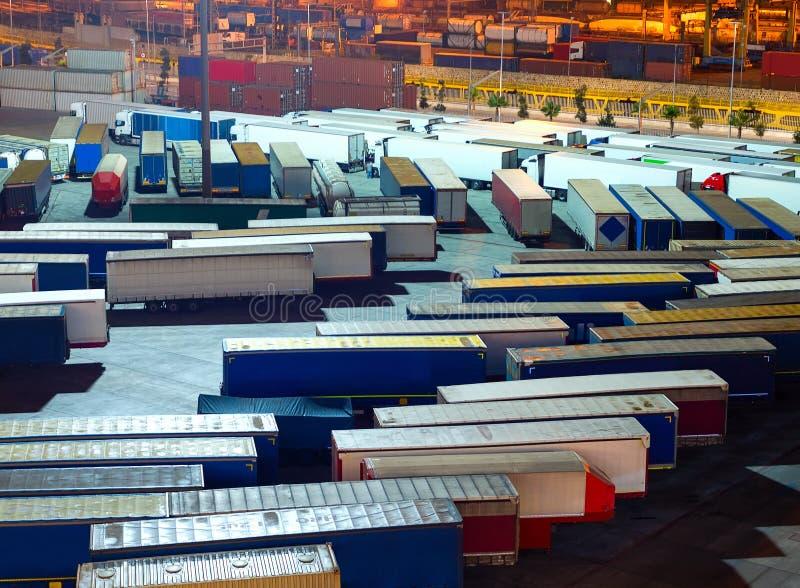 Porto comercial de Barcelona, recipientes, caminhões fotos de stock royalty free