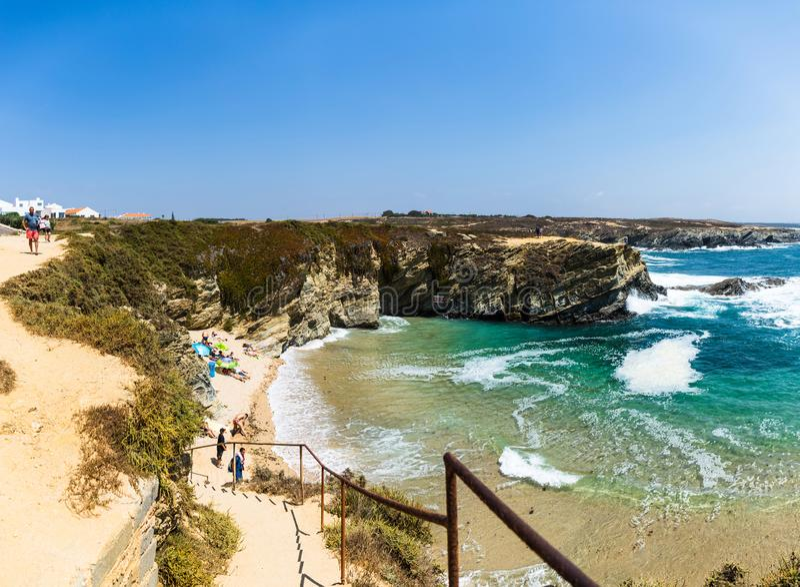 Porto Covo, Portugal - der Strand Praia-DOS Buizinhos, das berühmt für seinen kleinen Sandbereich und -klippen, die ihn umgeben lizenzfreie stockfotos