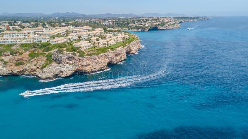 Porto Cristo, Majorca, Spanien Spitzenvogelperspektive der Reina Erholungsort Blau Punta lizenzfreies stockbild