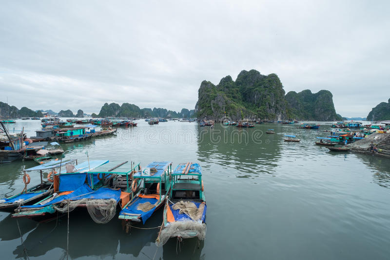 Porto da amarração, baía longa do Ha, Quang Ninh Province, Vietname fotos de stock