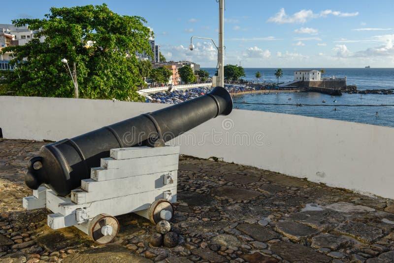 Porto da Barra strand och Santa Maria Fort i Salvador Bahia p? Brasilien arkivbild