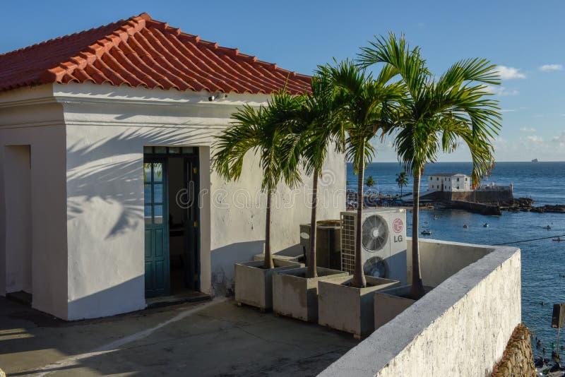 Porto da Barra strand och Santa Maria Fort i Salvador Bahia p? Brasilien royaltyfri bild