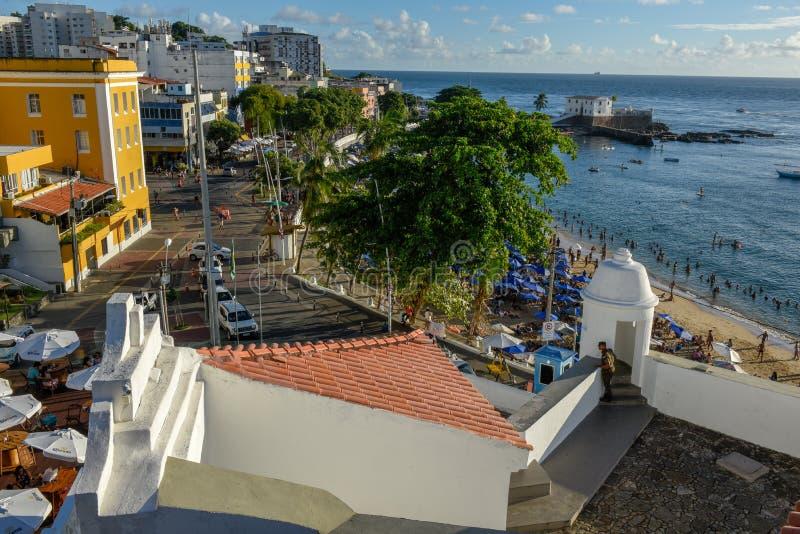 Porto da Barra strand och Santa Maria Fort i Salvador Bahia p? Brasilien arkivfoto