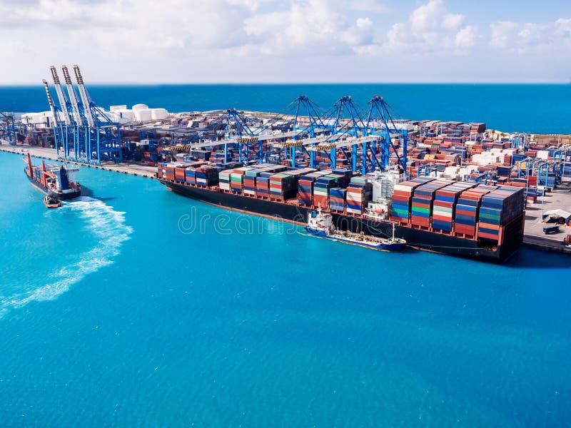 Porto da carga de transporte a abrigar pelo guindaste Logística de negócio do navio de recipiente Transporte internacional da águ imagens de stock