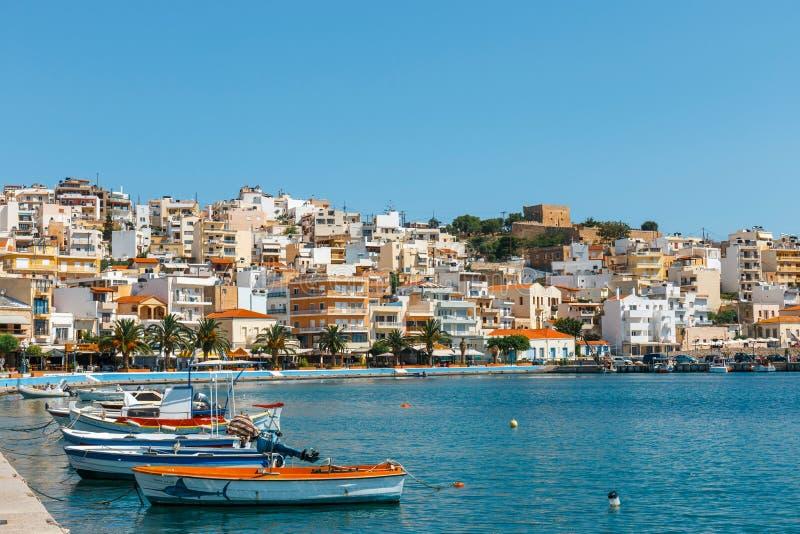 Porto da cidade de Sitia com os barcos de pesca gregos tradicionais amarrados imagem de stock royalty free