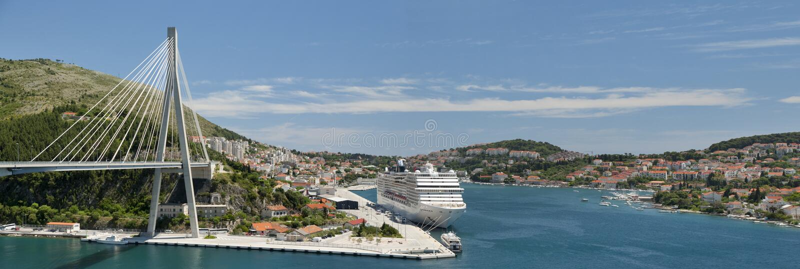 Porto da ponte e do cruzeiro de Dubrovnik imagens de stock royalty free