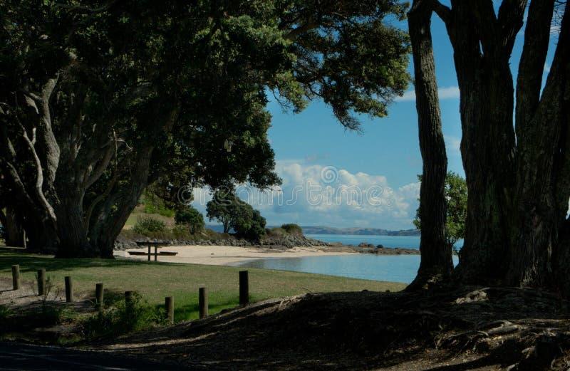 Porto de Auckland - praia de Maraetai imagem de stock