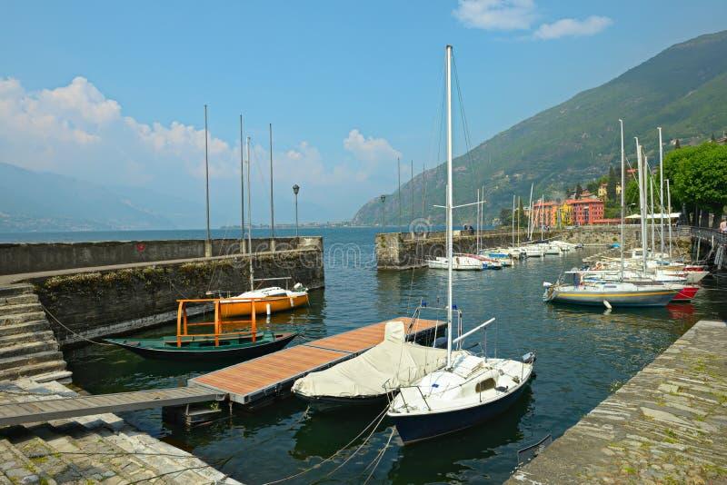 Porto de Bellano dos barcos de Saling, lago Como, Italy imagens de stock royalty free