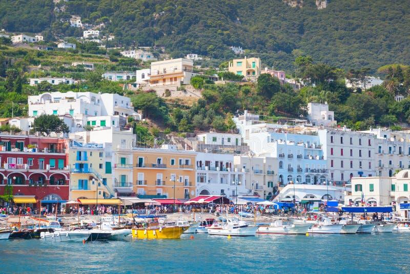 Porto de Capri, Itália Casas e iate coloridos imagens de stock