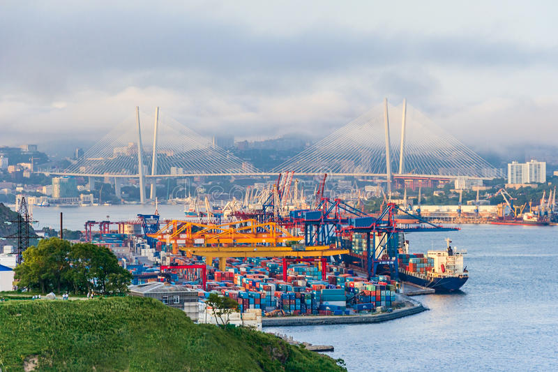Porto de comércio do anúncio publicitário em Vladivostok, Rússia foto de stock royalty free