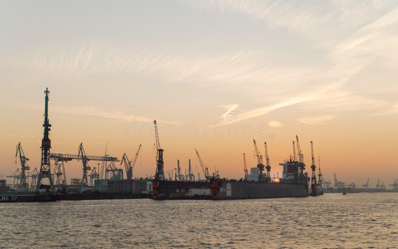 Porto de docas de carga de Hamburgo e de panorama do por do sol fotografia de stock