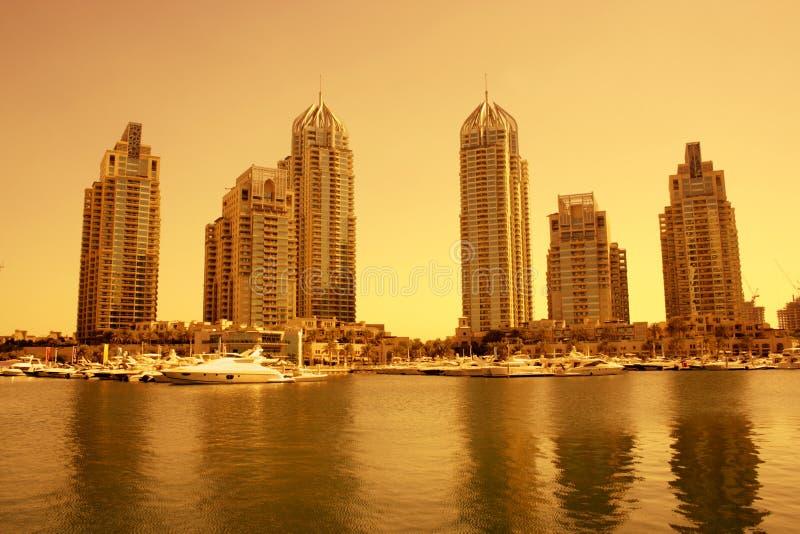 Porto de Dubai durante o por do sol imagens de stock royalty free