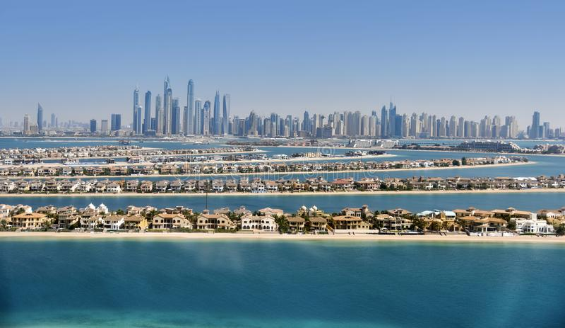 Porto de Dubai, vista da ilha de palma imagens de stock