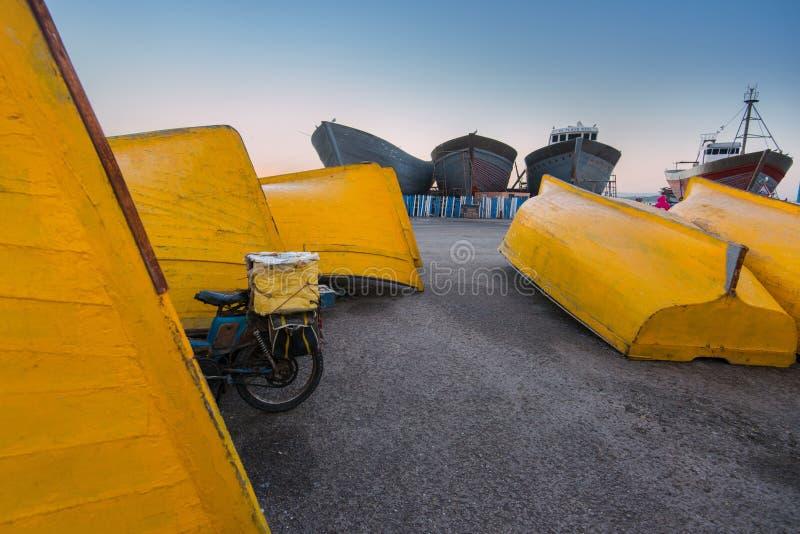 Porto de Essaouira em Marrocos Barcos de pesca amarelos foto de stock royalty free