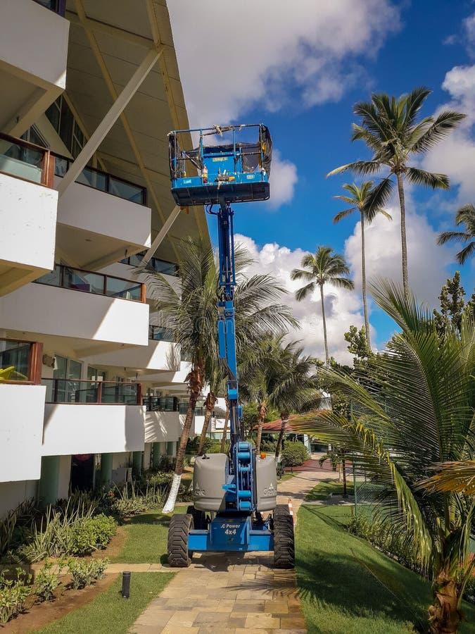 Porto de Galinhas, Brésil, le 16 mars 2019 - ascenseur bleu de plate-forme en parc de station de vacances plate, Brésil photos libres de droits