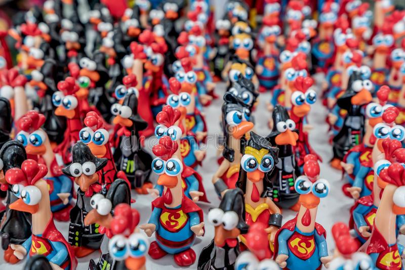 Porto De Galinhas plaża, Ipojuca, Pernambuco Brazylia, Wrzesień, -, 2018: Małe gliniane kurczak rzeźby malowali z wibrującymi kol fotografia royalty free