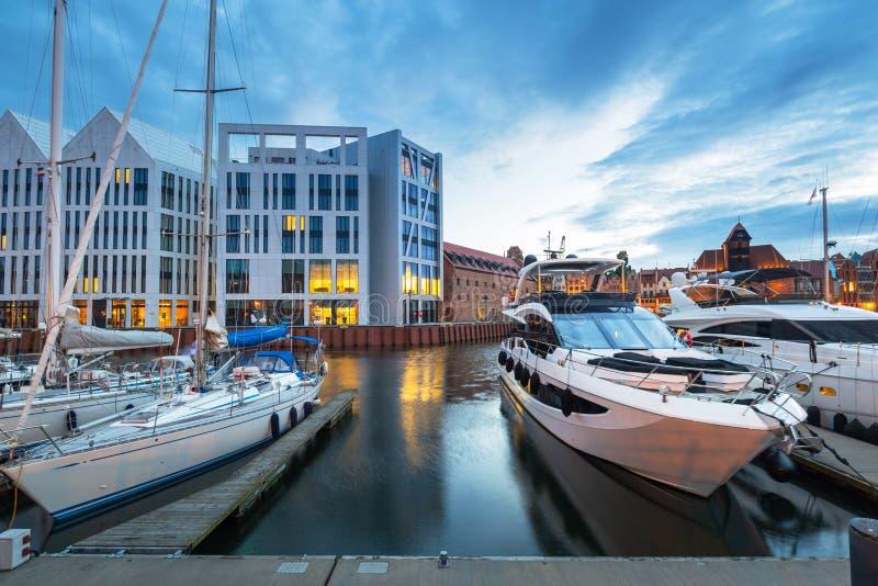 Porto de Gdansk com os iate luxuosos no crepúsculo, Polônia imagens de stock