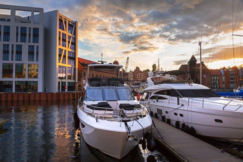 Porto de Gdansk com os iate luxuosos no por do sol, Polônia fotografia de stock
