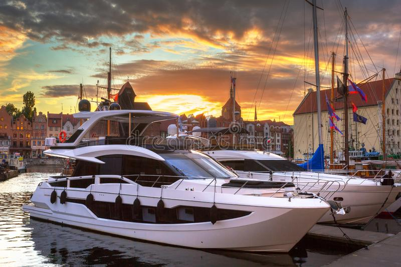 Porto de Gdansk com os iate luxuosos no por do sol, Polônia imagem de stock royalty free