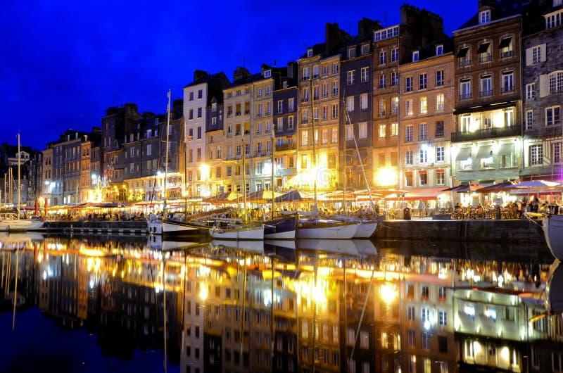 Porto de Honfleur na noite com reflexões, França fotos de stock