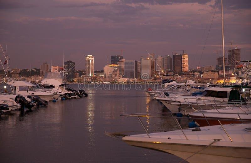 Porto de Luanda, arranha-céus da arquitetura da cidade da margem da baía, Angola imagem de stock royalty free