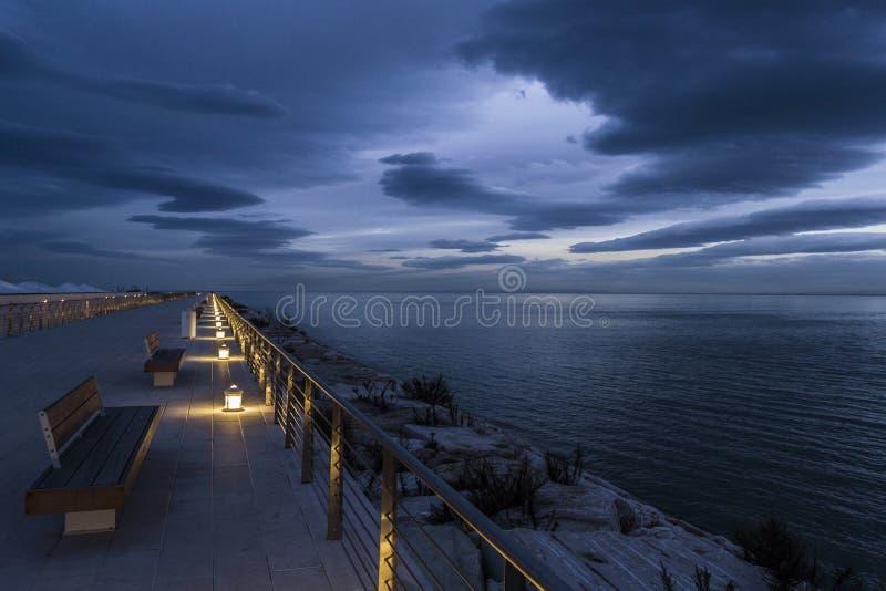 Porto de Manfredonia na hora azul fotografia de stock