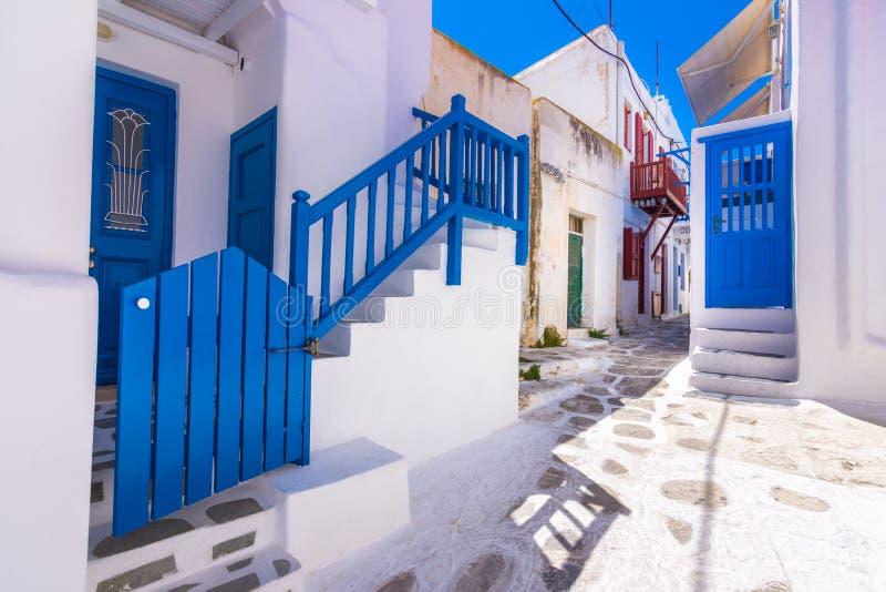Porto de Mykonos com barcos e moinhos de vento, ilhas de Cyclades, Grécia fotografia de stock royalty free
