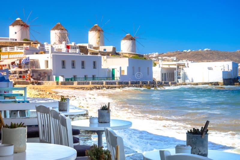 Porto de Mykonos com barcos e moinhos de vento na noite, ilhas de Cyclades, Grécia fotos de stock