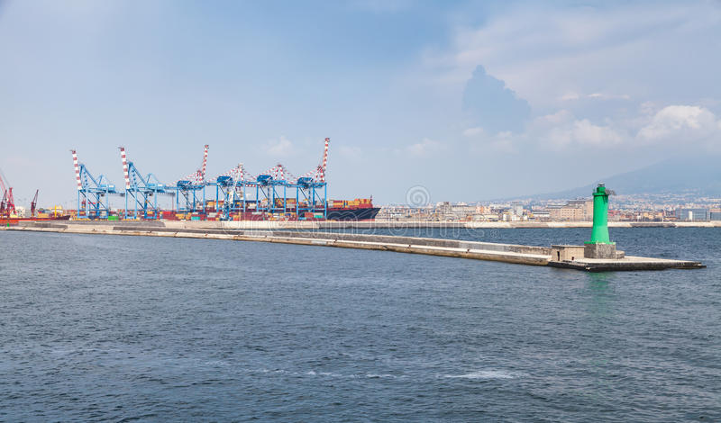 Porto de Nápoles, de guindastes do recipiente e de cais fotos de stock