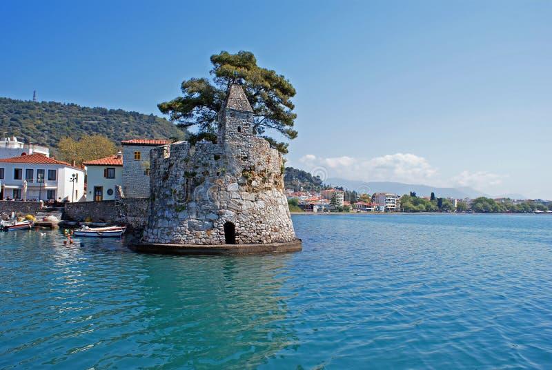 Porto de pesca cênico da cidade de Nafpaktos em Grécia imagem de stock