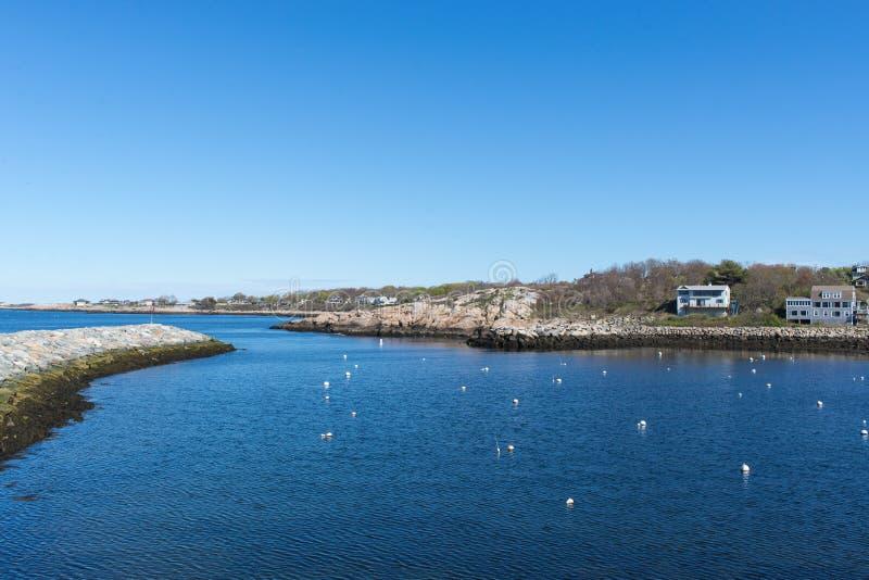 Porto de Rockport com o céu azul e limpo fotografia de stock