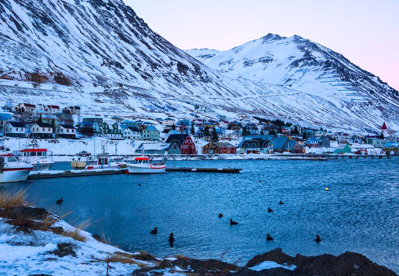 Porto de Siglufjordur no alvorecer no inverno Siglufjordur uma cidade pequena da pesca em um fiorde estreito na costa do norte de foto de stock