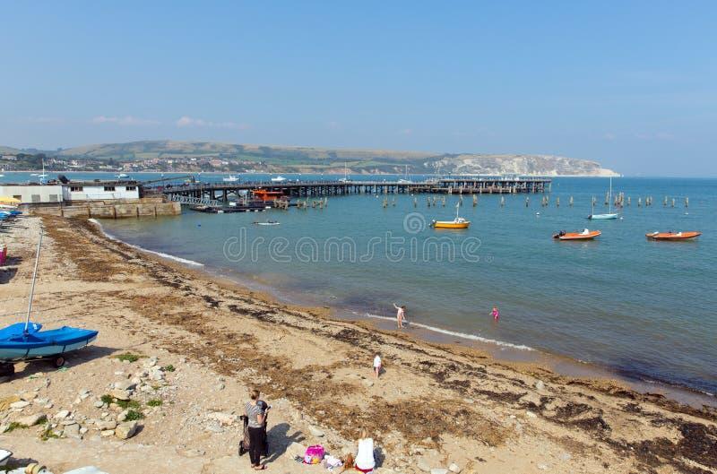 Porto de Swanage e molhe Dorset Inglaterra Reino Unido com mar e costa fotografia de stock royalty free