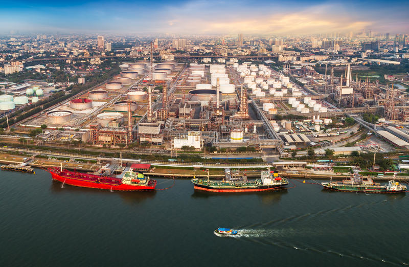 Porto de transporte e refinador do óleo imagens de stock