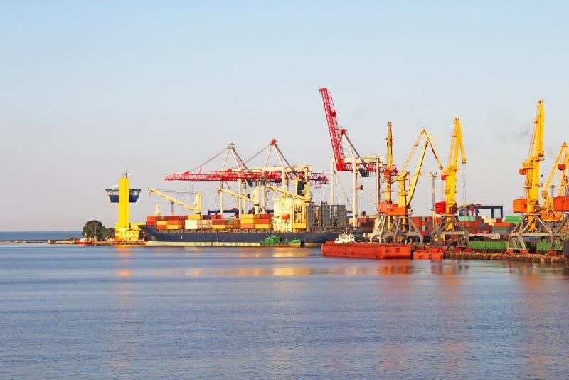 Porto de troca com os guindastes em Odessa, Ucrânia fotos de stock royalty free