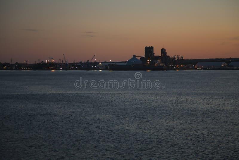 Porto de Trois-Rivières, Québec, Canadá no por do sol fotografia de stock