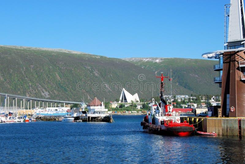 Porto de Tromso com vistas da ponte de Tromso, Ishavskatedralen, Noruega fotografia de stock