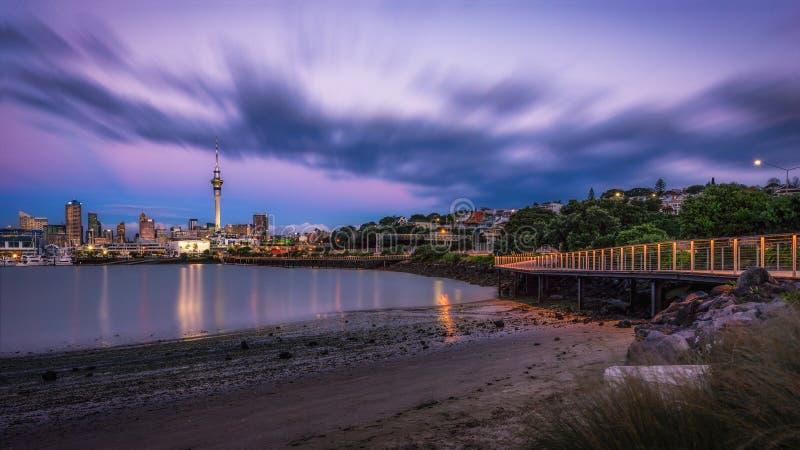 Porto de Westhaven da torre do céu da cidade de Auckland imagens de stock royalty free