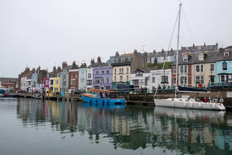Porto de Weymouth com barcos e edifícios imagens de stock royalty free