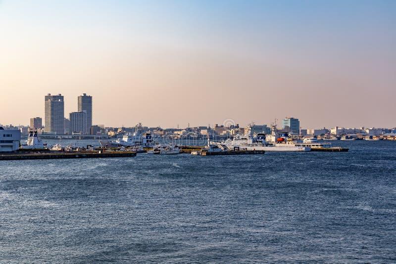Porto de Yokohama e baía do Tóquio no por do sol foto de stock royalty free
