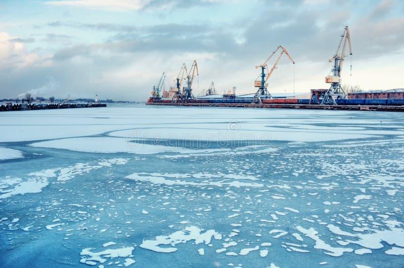Porto del carico su un fiume congelato fotografia stock libera da diritti