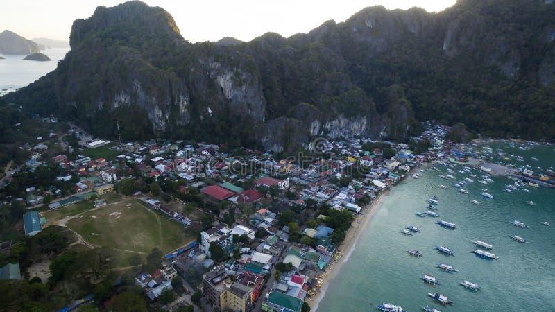 Porto del villaggio con le barche filippine tradizionali immagine stock
