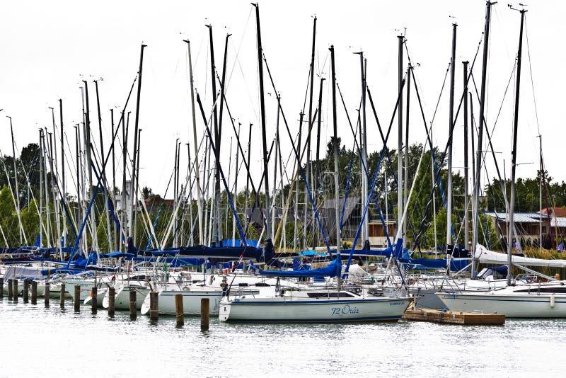Porto della barca a vela, dal lago Balaton fotografia stock