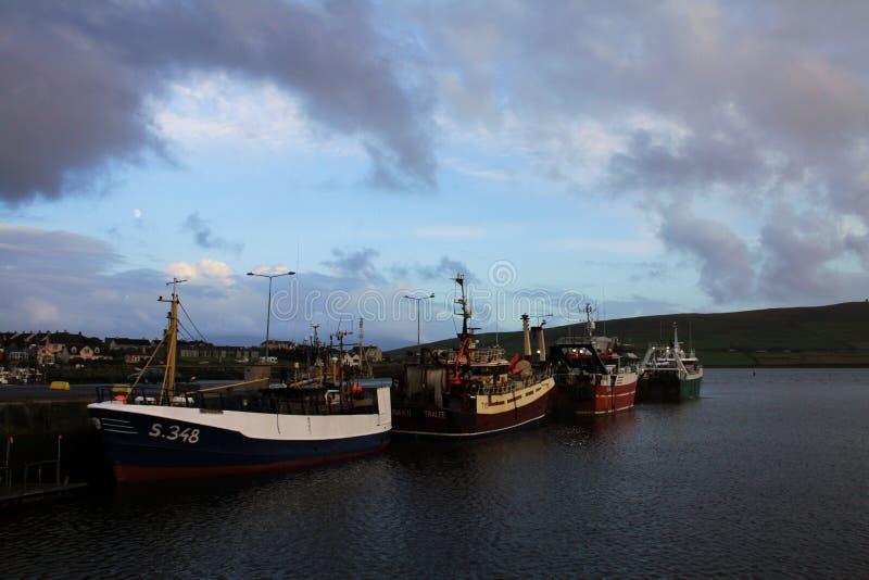 Porto delle Dingle con i pescherecci fotografia stock libera da diritti