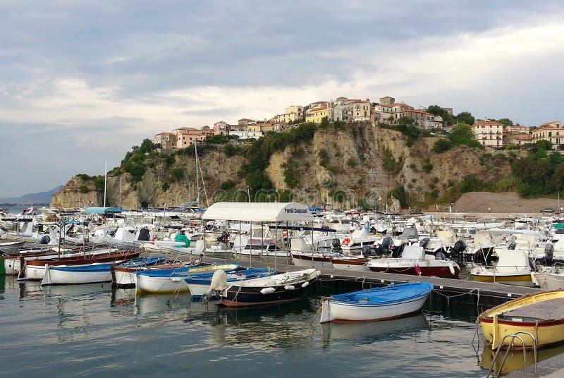 Porto di Agropoli: visualizzazione del centro storico fotografia stock libera da diritti