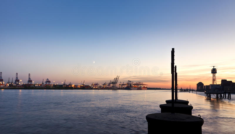 Porto di Amburgo al crepuscolo immagine stock libera da diritti