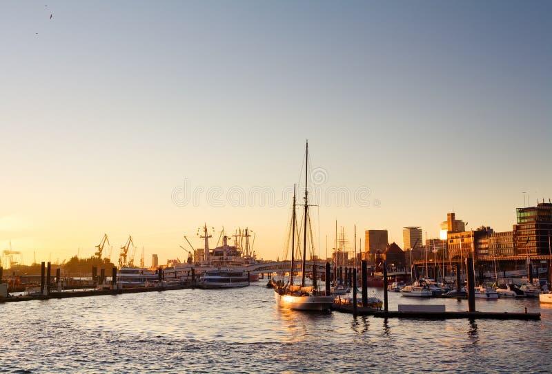 Porto di Amburgo al tramonto fotografie stock libere da diritti
