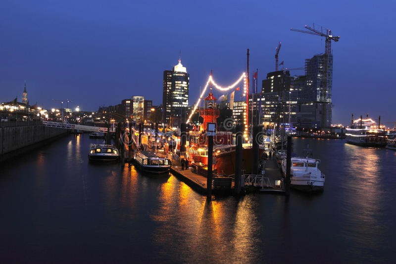 Porto di Amburgo nella notte immagini stock libere da diritti