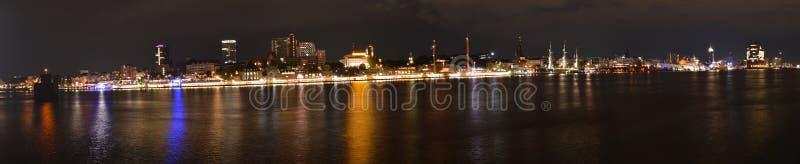 Porto di Amburgo nella notte 2019 - Panorama fotografie stock