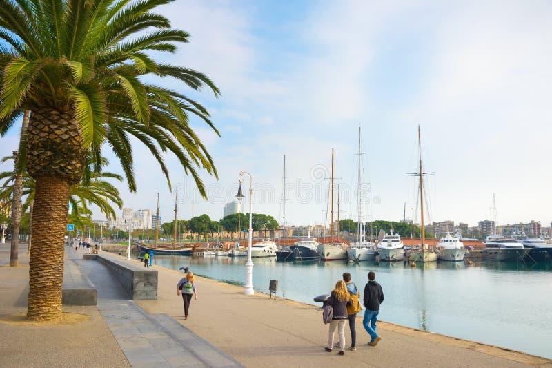 Porto di camminata Vell Barcellona della gente immagini stock
